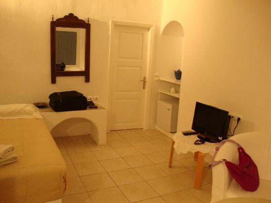 Irini's Villas Resort: way t o bathroom