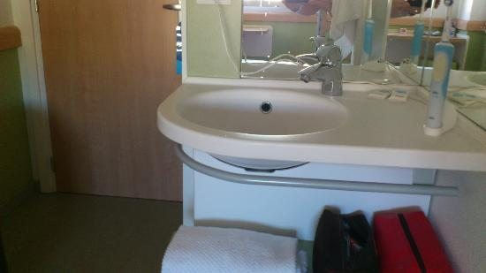 Ibis budget Malaga Centro: Ubicación lavabo integrado en habitación