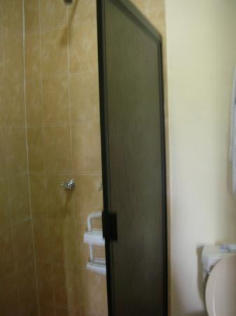 Hotel Tunich Beh: Shower/WC room