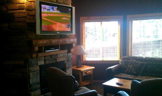 Glacier Canyon Lodge: Living area