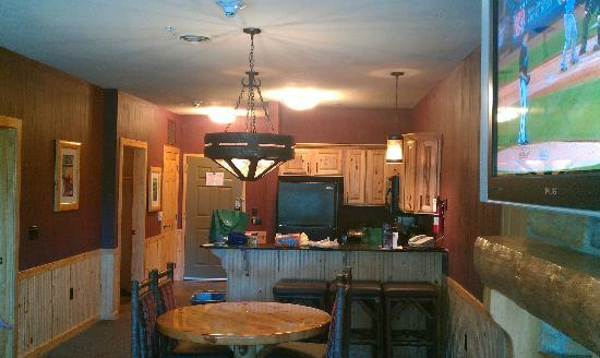 Glacier Canyon Lodge: Dinning and Kitchenette