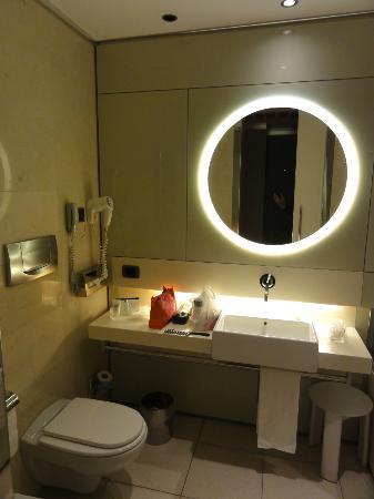 UNA Hotel Bologna: Banheiro