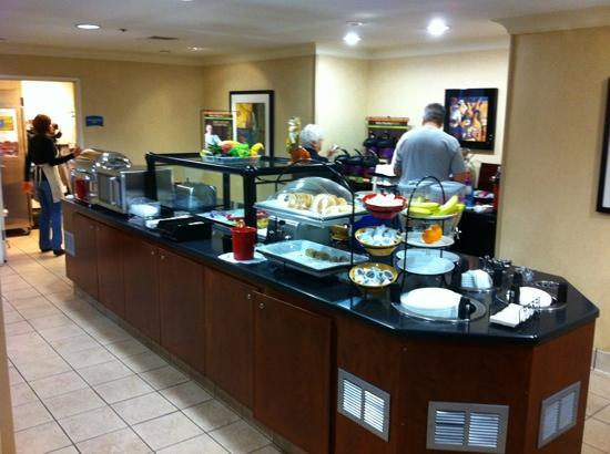 Staybridge Suites Chattanooga Downtown : wonderful full breakfast buffet.