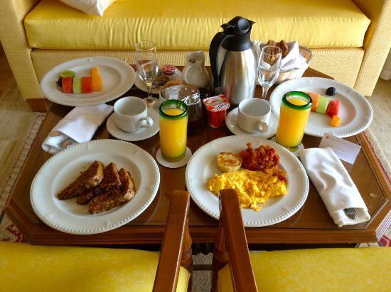 إكسيلينس ريفيرا كانكون لوكشوري: Room service!!