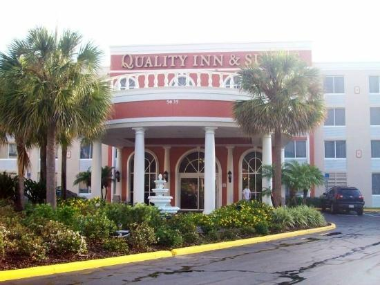 Quality Inn & Suites: Front of the hotel