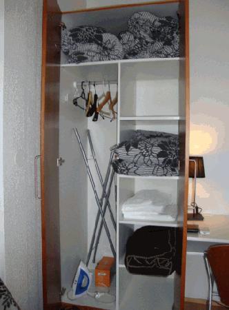 Stay Bolholt Apartments : Bolholt cupboard facilities