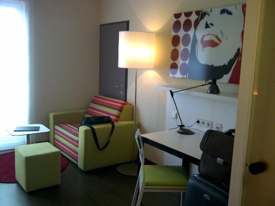 Harry's Home Linz: Seitlicher Blick auf den Schreibtisch und Couch