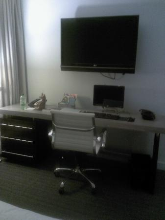 Kimpton Lorien Hotel & Spa: Desk with big TV and hotle supplied computer!