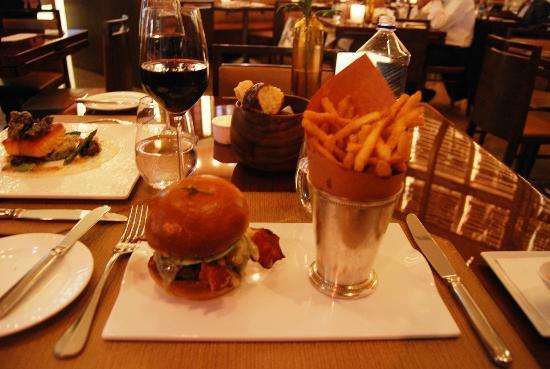 Aureole: Hamburguesa con patatas, con cuchillo y tenedor