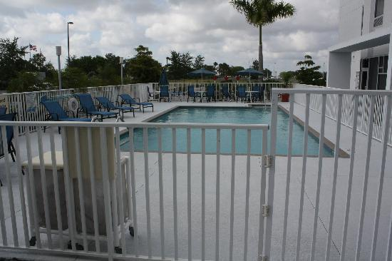 Hampton Inn & Suites Sarasota-Bradenton Airport: Pileta