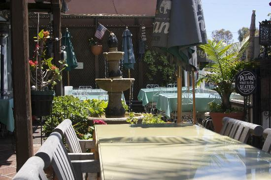 Royal Thai Cuisine : Fountain in the outside seating adds atmosphere