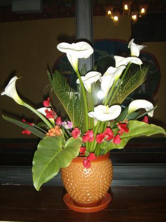 Hotel Tibet International: Fresh flowers in the reception