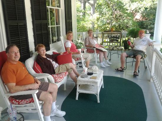 Bloomsbury Inn : Chillin' on the front porch