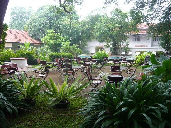 Old Harbour Hotel: Restaurant im Garten