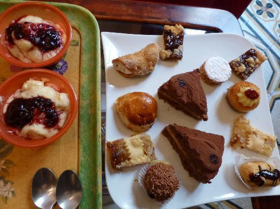 B&B Al Maschio Angioino : Kuchenauswahl beim Frühstück