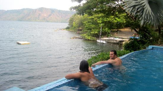 Hotel Selva Azul: View of the lake from the pool