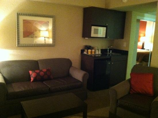 Holiday Inn Express Hotel & Suites Ft Lauderdale - Plantation: Sitting area and kitchenette area