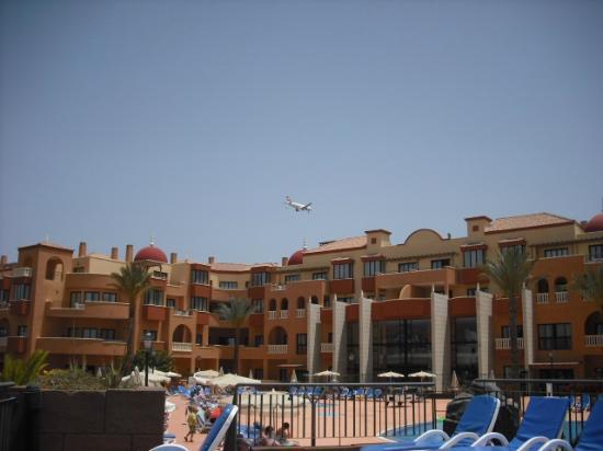 Aparthotel Cordial Golf Plaza: Those planes get pretty low sometimes