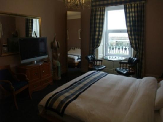 Harbour Nights Guest House: La chambre et la vue sur le port