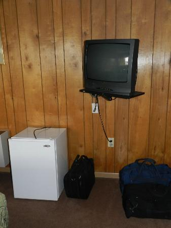 The White Eagle Inn & Family Lodge: Frig, TV, Wood Paneling