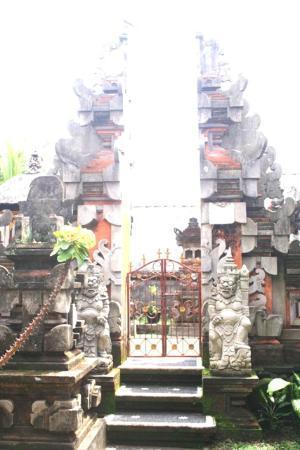 Dewi Antara Homestay: entrée du temple de la famille