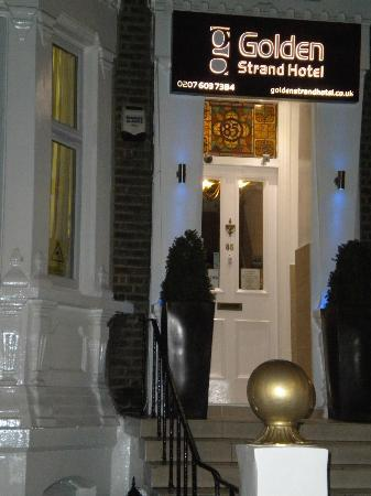 Golden Strand Hotel: Entrance with a nice victorian stain glass, the owners told me that it has been there since 1930