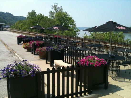Caproni's on the River: Outdoor seating at Caproni's
