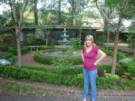 The Magnolia Plantation Bed and Breakfast Inn: FOUNTAIN OUTSIDE OF CARRIAGE HOUSE