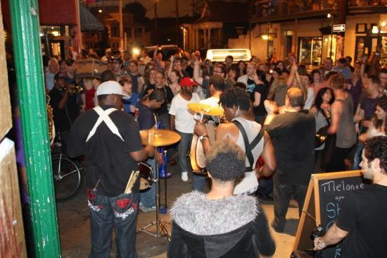 Frenchmen Street : young fellaz brass band, impromptu concert on Frenchman st