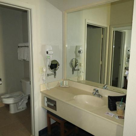 Quality Inn & Suites: spacious dressing sink area outside bathroom