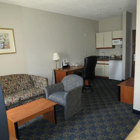 Quality Inn & Suites: nice kitchen area for extended stays