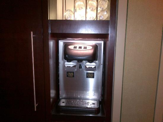 Club Quarters Hotel, Wall Street: Water dispenser in the hallway