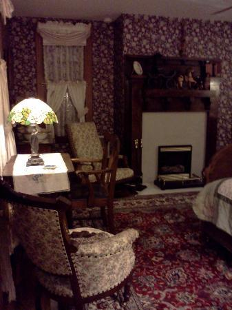 Bonnie Dwaine Bed and Breakfast: Blake Room with working electric fireplace