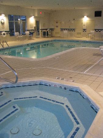 Fairfield Inn & Suites by Marriott Fairmont: Pool & hot tub