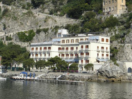 Hotel la Bussola: Picture of Hotel from main pier