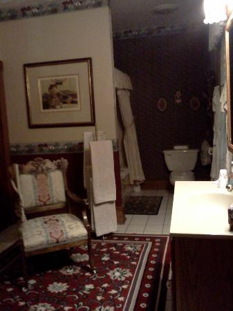 Bonnie Dwaine Bed and Breakfast: Private bath attached to Blake Room