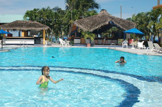 Atacames, Equador: pool and bar
