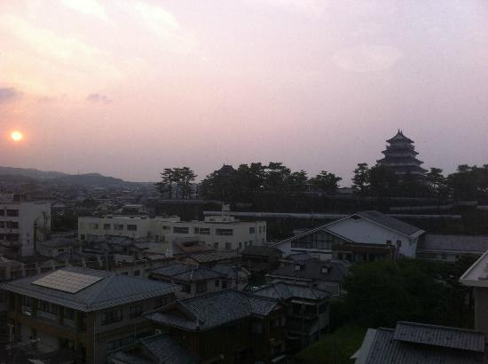 Shimabara Station Hotel: 部屋からの眺め、夕日に映える島原城です