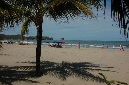 Atacames, Ecuador: Beach view right from the entrance to the Club del Sol