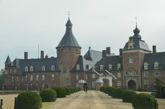 Parkhotel Wasserburg Anholt: View from entrance gates