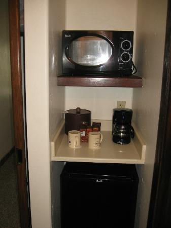 Best Western Plus Hacienda Hotel Old Town: Microwave/Coffe area, refrig below