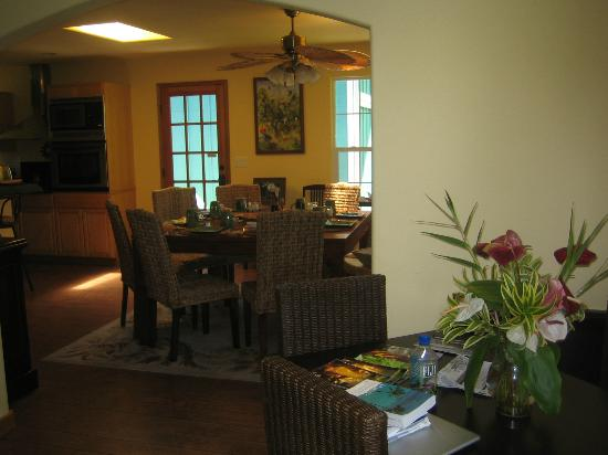 Bamboo Orchid Cottage Bed & Breakfast: We ate breakfast at this table