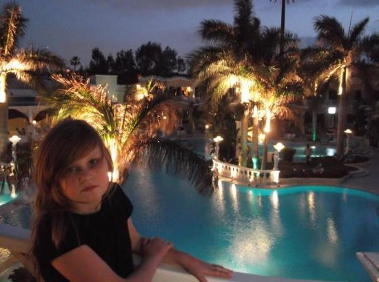Paradise Inn Beach Resort : hotelowy wieczór