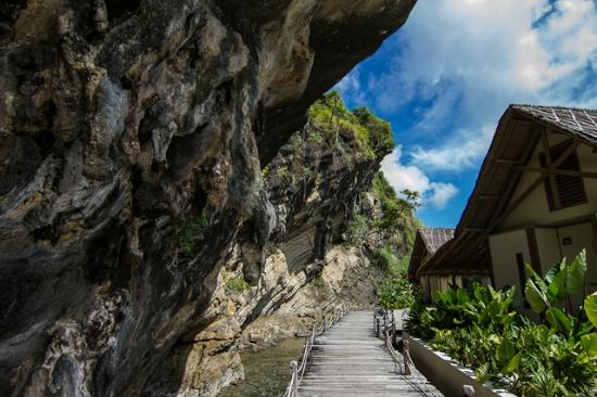 Misool Eco Resort: Walkway to the Water Cottages