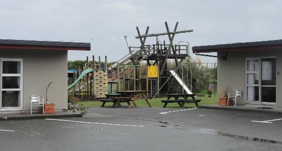 Charles Court Motel: Playground - a good family motel by the beach