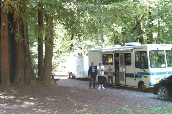 Redwoods River Resort & Campground: Nice Shady RV Sites & Tent sites. Great showers, Basketball, Pool, River; WE ARE COMING BACK!!!