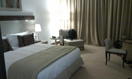 El Aurassi Hotel: Nice high king size double bed...leads to solid slumber