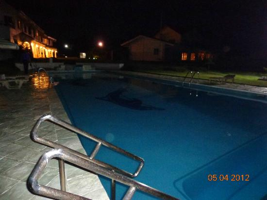 Sherwood Bay Resort: Pool at Night