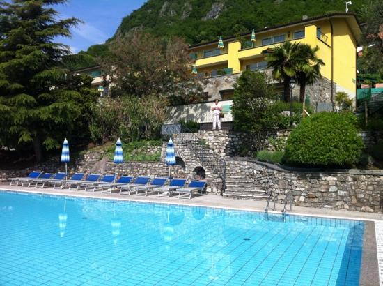 Residenza Lago di Lugano: buitenzwembad met zicht op het meer