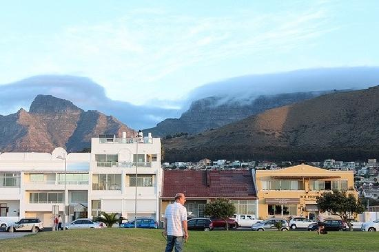 Dolphin Inn Guesthouse, Mouille Point: Table mountain view